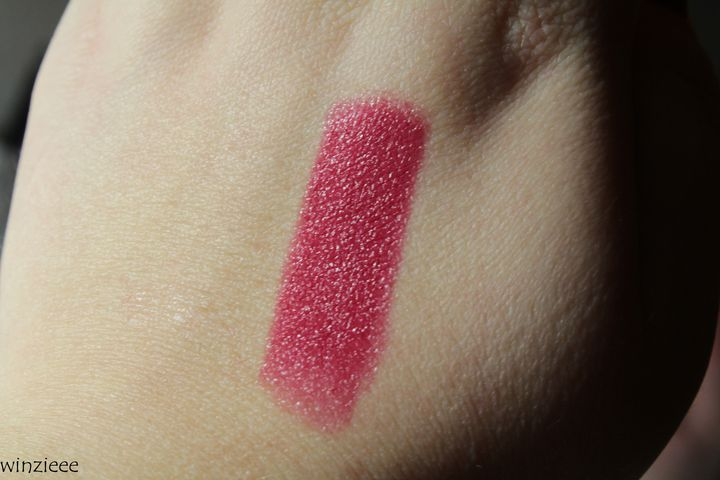 essence dark romance Swatch Lippenstift